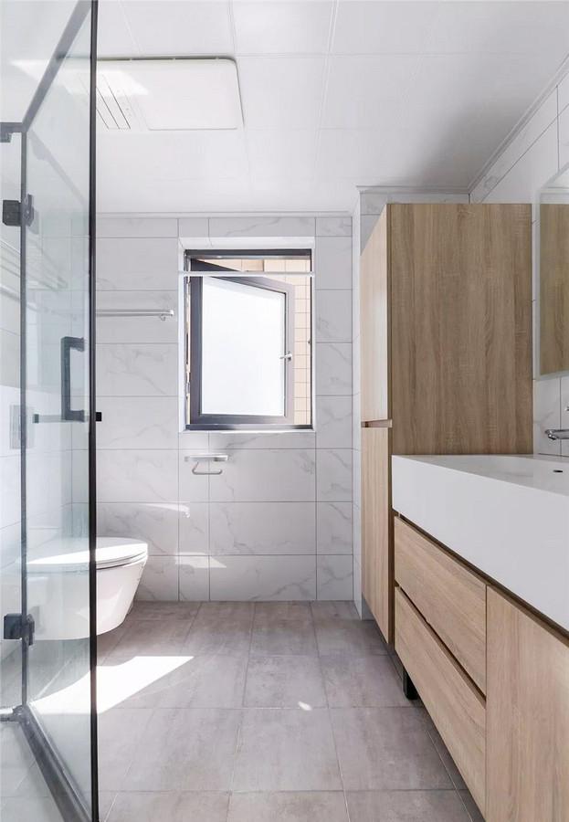 卫生间简洁明亮,在满足正常使用面积的基础上加大了储物空间,增强了使用功能性。