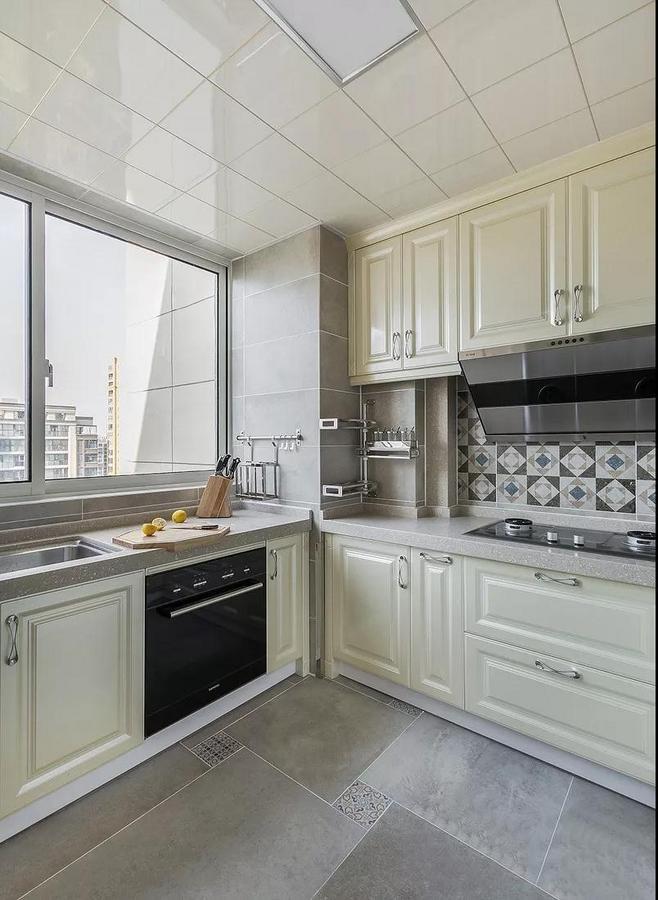 颜色也以米灰色墙面衬托珠光白的橱柜,层次分明,也好打理。