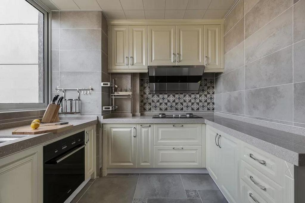厨房增加了一个冰箱位置的同时,把原有的设备区也划进了厨房,增加了操作平台。