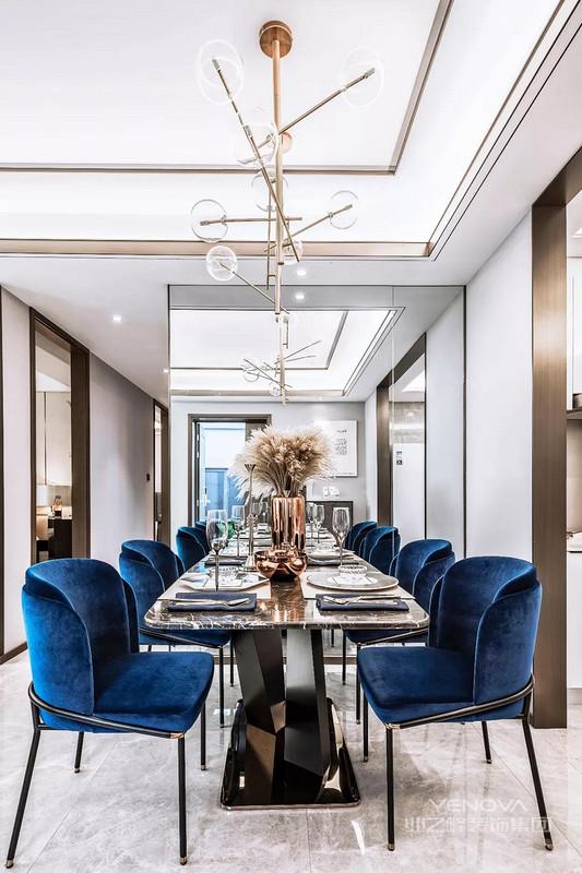 餐厅设计的细节上充满了仪式感,采用了镜面装饰,强烈设计感的金属材质的配饰和吊灯