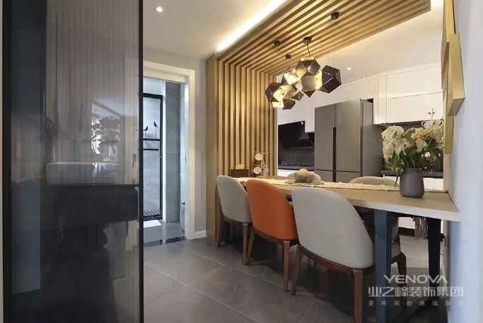 餐厅被作为划分走廊和厨房的隔断,从墙面延伸到吊顶的木质造型设计,给餐厅带来自然感。