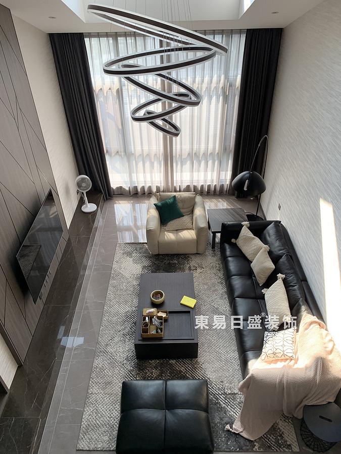 桂林冠泰?中隱小城頂層復式樓250㎡現代簡約風格:客廳裝修設計實景圖(俯視)