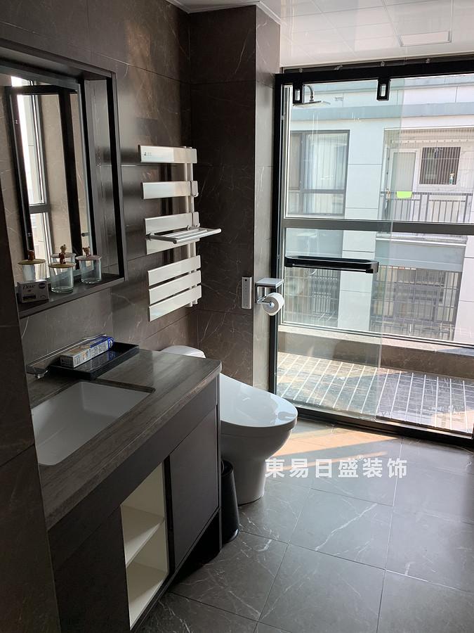 桂林冠泰•中隐小城顶层复式楼250㎡现代简约风格:卫生间装修设计实景图