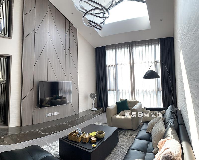 桂林冠泰?中隱小城頂層復式樓250㎡現代簡約風格:客廳裝修設計實景圖