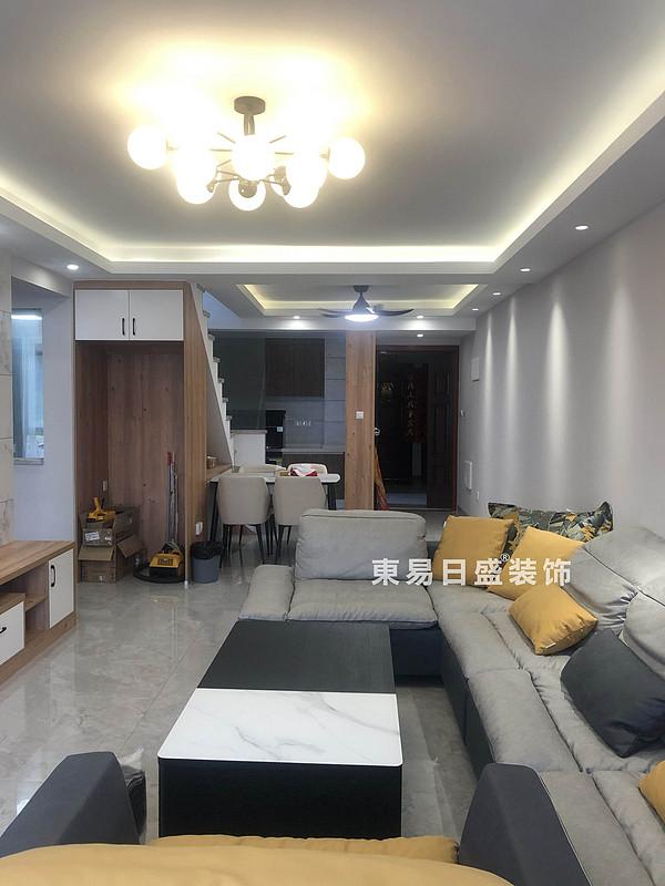 桂林悠山郡顶层复式楼180㎡现代北欧风格:客厅楼梯装修设计实景图