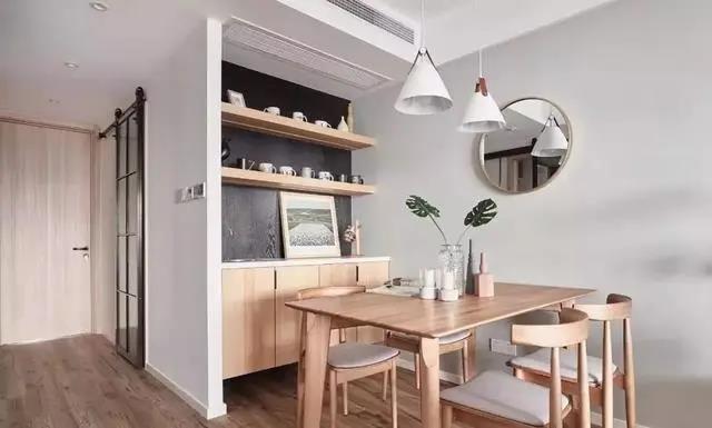 简单清爽的原木色餐厅。一旁带水吧功能的餐边柜,加装咖啡机、净水器和自动热水壶等设备,幸福指数大大提升。