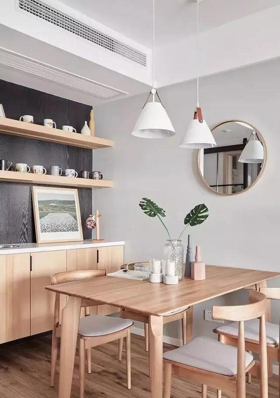 客餐厅之间无明显 的隔断,水发旁边的边几上放着一盆绿植,即为客餐厅的分隔,也让两个功能区之间形成联系。