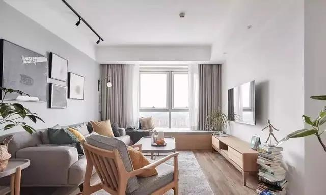 整个空间通铺年轮风格的地板,色调年轻,摸上去会有木纹的肌理感,北欧中不乏工业风质感。客厅电视墙选择了留白处理,对于小户型而言,空间适当的留白,可以很好的避免产生局促感。
