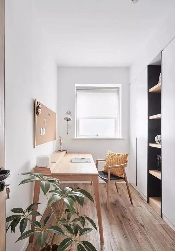 书桌椅来自木智工坊,哑光的原木质地很高级。开放式赠送的书房很小,加了一面书柜以兼顾收纳和展示的需求。