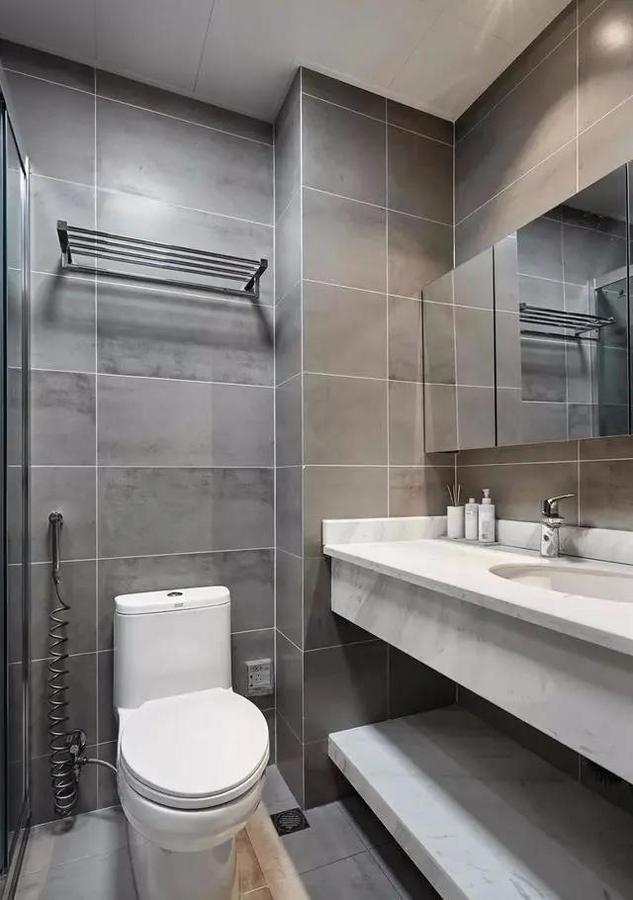 客卫面积较小,淋浴房做了三联动的移门。壁龛和镜柜都十分实用。
