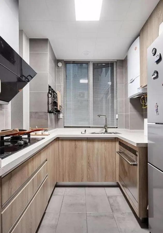4平米的厨房设置、收纳一应俱全,橱柜配色与整体风格保持一致,墙砖地砖均选用了灰色水泥砖,沉稳耐脏。