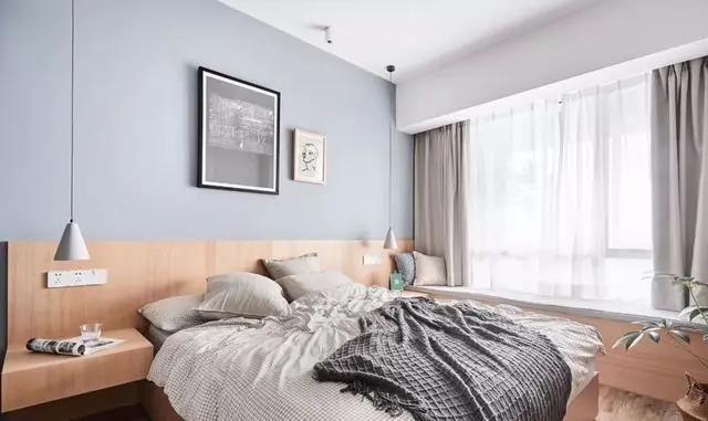 主卧的床头柜、床靠背和飘窗是一体化设计,配合MUJI无靠背收纳床,整体风格清新简约。