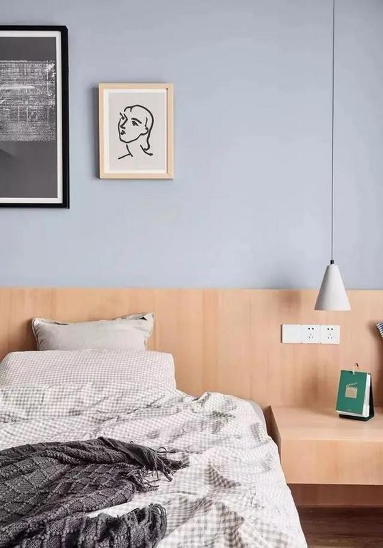 淡蓝色的床头背景和水泥灯稍稍添了些宁静优雅气息。