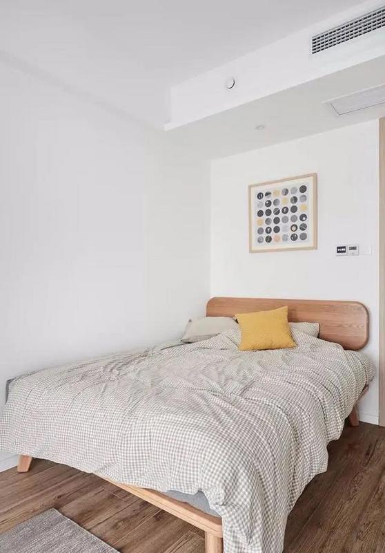 次卧实在很小,床只能靠墙放置。次卧使用频率不高,设计和布置都以简单为主。