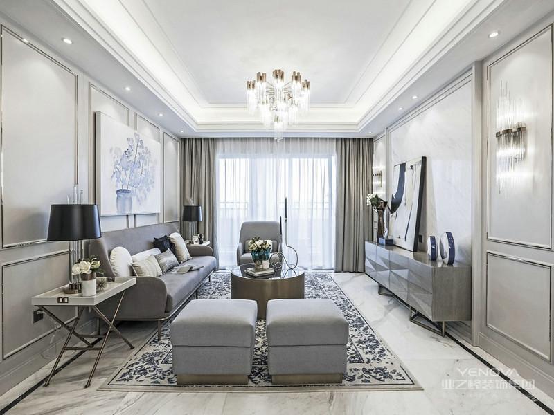 别致简约的金色落地灯给人眼前一亮。浅灰色的墙面是当下的流行色。沙发和窗帘的颜色交相呼应,让整个空间更和谐。