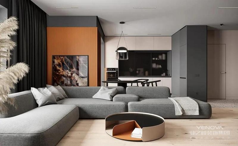 从门厅进来就是客餐厅空间,原木色地板搭配大象灰沙发,中和了黑色给空间带来的压抑感,提升家居温度。