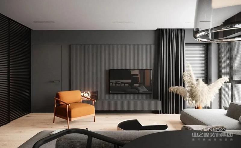 电视背景墙用黑色护板装饰,条纹的凹凸纹理,搭配自然褶皱的高级灰黑窗帘,让简约的空间富有层次感。
