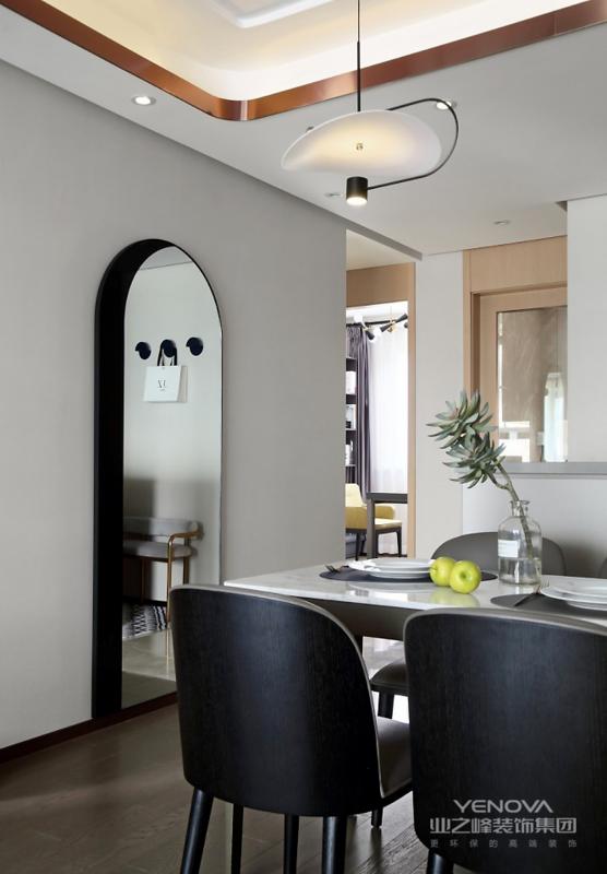 墙上的拱形装饰镜造型别致,黑色加银镜的组合,既时尚又提升了整屋的品位。 卧室