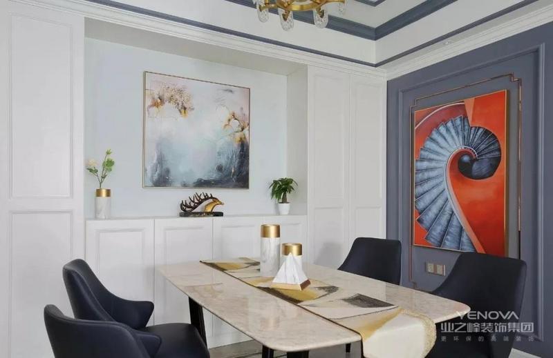 餐厅与入户没有明确的分区,餐桌旁设计内嵌式壁橱,兼具入户收纳功能