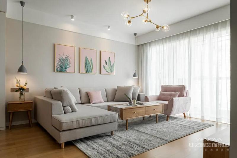 客餐厅以暖色墙面为主要背景基调,灰色布艺沙发呼应,原木实木电视柜与茶几同材质,与原木色地板一致,粉色挂画与单人沙发和抱枕作为点缀,淡淡的慵懒的也很莫兰迪!