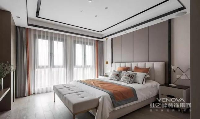 主卧延续了整体 简单干净的硬装氛围 高级灰的优雅 与橙色的活力充盈了空间