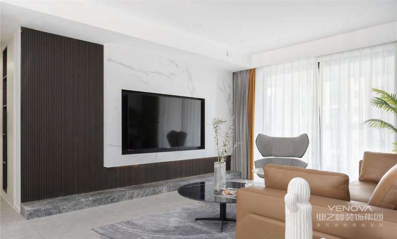 区别于常见的材质,客厅背景墙设计师选择生态木与大理石的结合,为简约空间增添了不少自然气息。