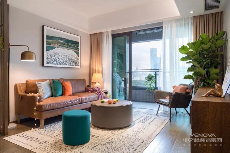 沙发背景墙挂了一幅风景画,素色的窗帘和皮沙发起到相互呼应的效果,茶几和脚凳的款式有些接近,整个客厅看起来大气又时尚。