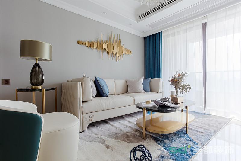 陽光透過半透明的窗簾,灑在淺灰色的背景墻、米色的沙發上,簡約、優雅,散發著一種不動聲色的柔軟。