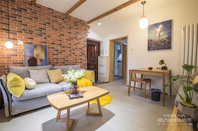 入户没有玄关走廊的户型,设计师在入户门左侧靠墙处添置薄款鞋柜,满足一家人的使用需求。沙发背景墙做了红砖墙的设计,非常独特。