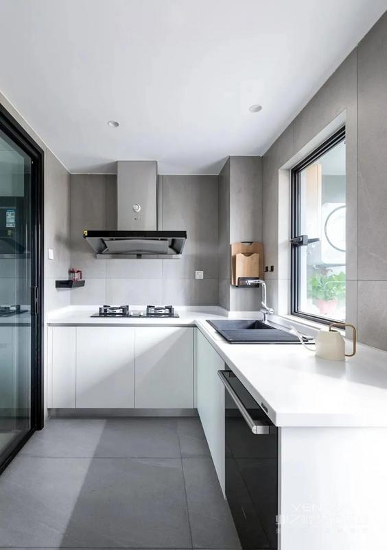 站在厨房看向门厅 这个角度可以看到门厅 到卧室和客厅到卧室的 两条并行过道