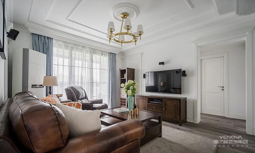 客厅在整体白色调的基础氛围下,墙面和天花都做了精致的石膏造型。灰蓝色的窗帘,给整个空间带来一份安详与洁净。