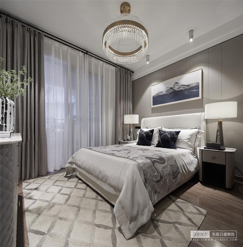 主卧布品及家具不俗的现代工艺提升了空间的整体格调,无论是床品或饰品,色彩上的选择把安逸、无拘无束的心态呈现无遗。