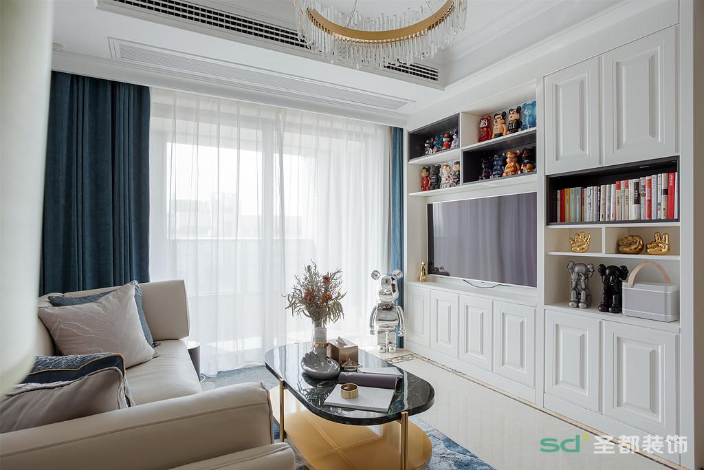 考虑到男主人比较喜欢蓝色,客厅里巧妙融入了蓝色元素。蓝色的单椅、靠枕、窗帘、地毯,让温柔的空间瞬间活跃起来。