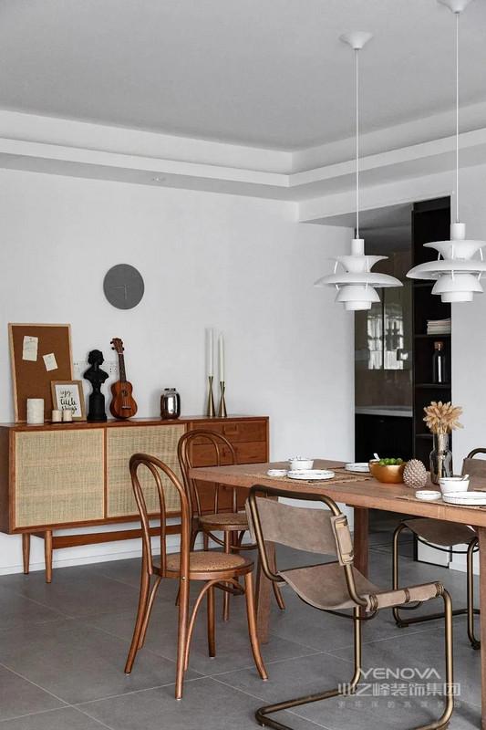 餐厅以黑、白、棕为主色调,摆放一张大餐桌,轻松满足全家人聚餐的需要。