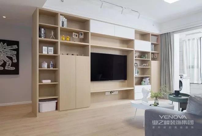 整个电视储物柜用生态板现场制作,外饰KD饰面板,定制烤漆白色柜门。