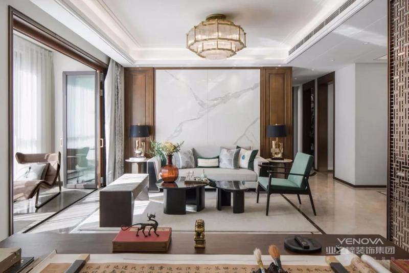 沉稳的沙发及恬静的休闲椅再加上黑色茶几将整个空间的典雅气质融合起来,增加了几分轻松与雅致