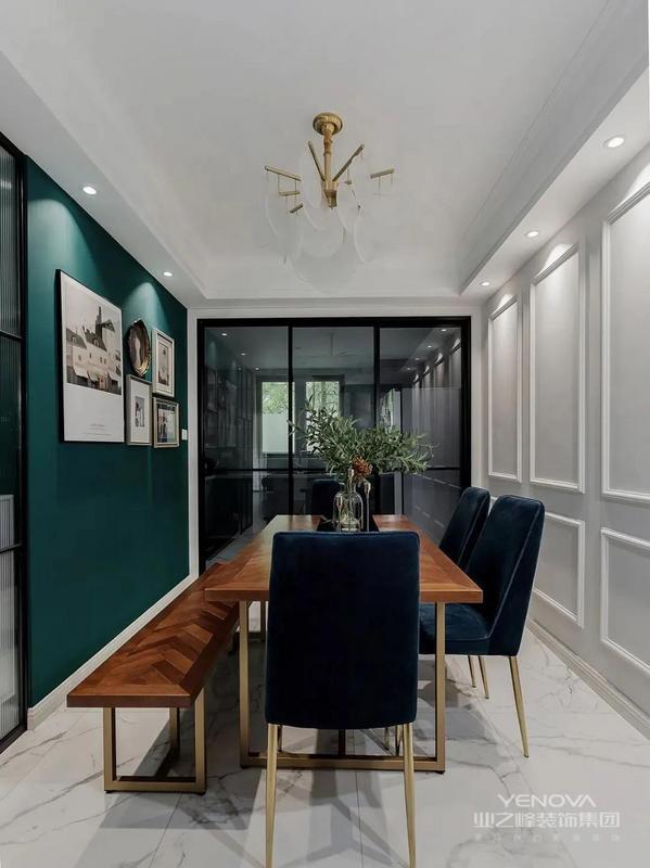 餐厅,一半墨绿一半纯白,复古气息扑面而来,精挑细选的金色脚餐桌配上蓝色的丝绒椅,华丽的美式复古餐厅用灯光增加氛围