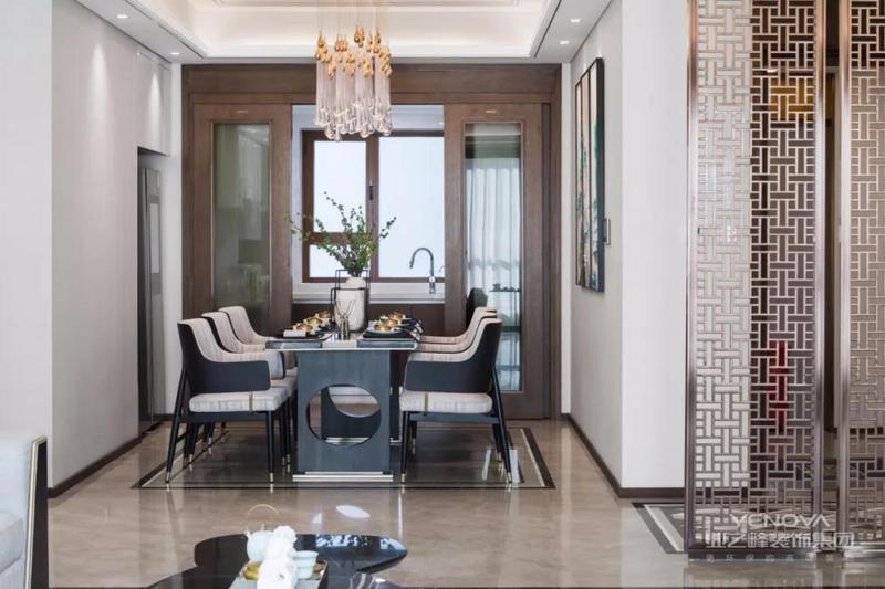精致的餐椅主要以黑白为主调,表明了悠悠山水主题,高低起伏的吊灯,整体营造出视觉上的美感。