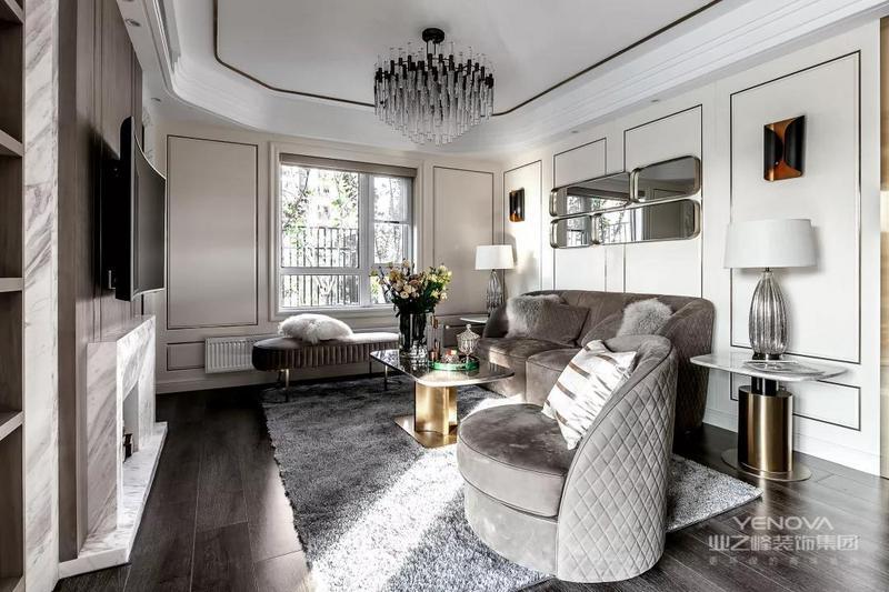 入户的玄关走廊地面铺贴灰色的大理石,搭配一圈金色的波导线非常好看。侧方墙面做了嵌入式的鞋柜,黑色的大理石做在门上,起到隐形门的效果