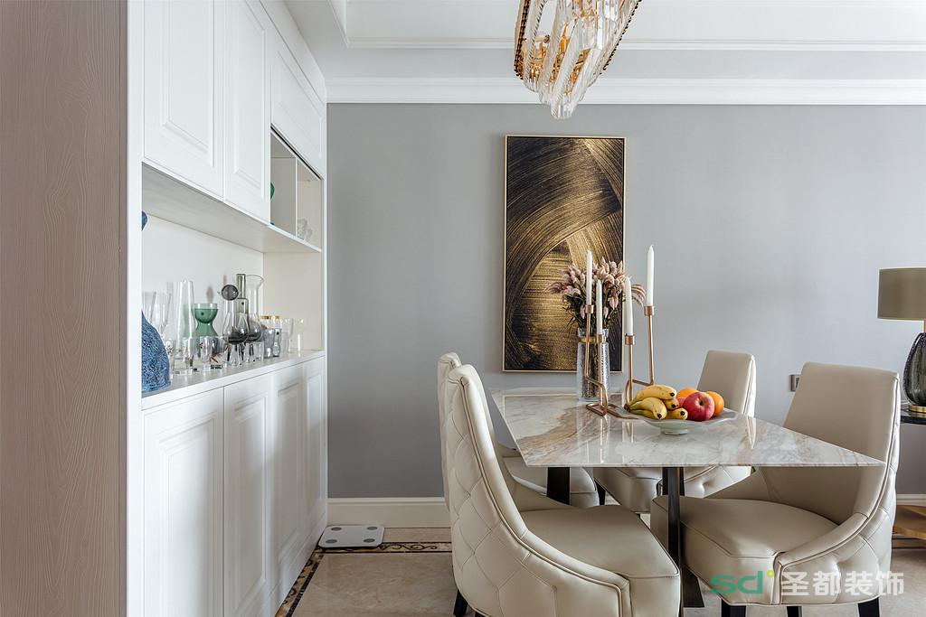 皮制餐椅和大理石餐桌,让餐厅多了一份高级感。满墙的餐边柜非常大气,充分利用空间,满足不同物品的存放。