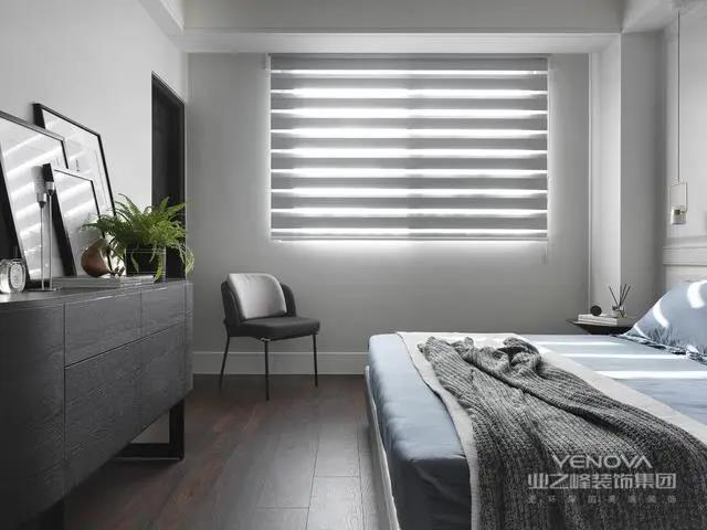 进来卧室看看,这一间是次卧,次卧的窗帘也是选用百叶帘的,光线通透明亮,床尾的地方摆放一张小矮柜,好看实用
