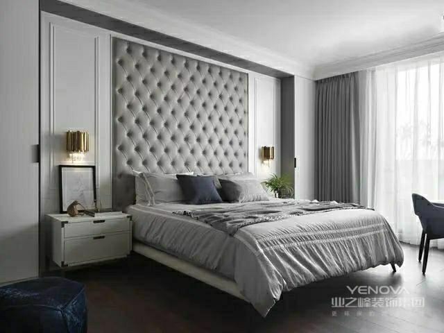 主卧床头背景墙上方做了软包背景,两侧做了护墙板,搭配两盏金色壁灯设计好看大气