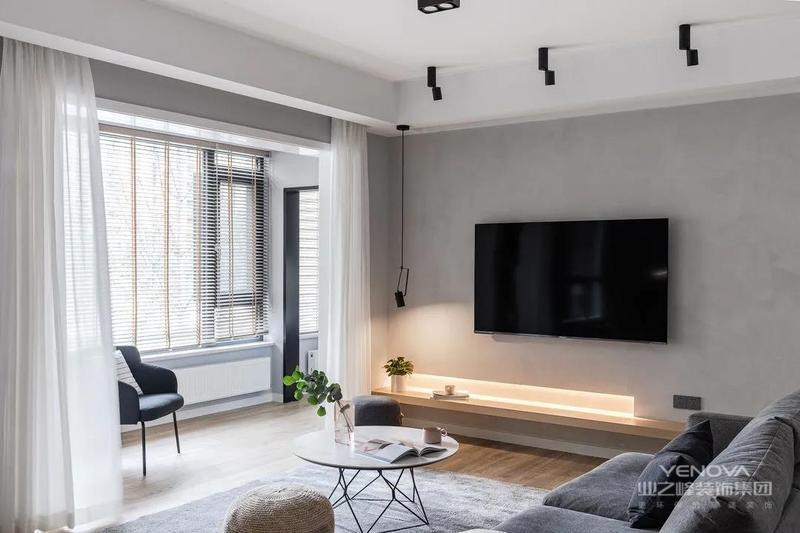 电视墙没有多余的造型设计,灰色为主调,内敛雅致,搭配一抹暖黄的灯带,带出空间温馨氛围。