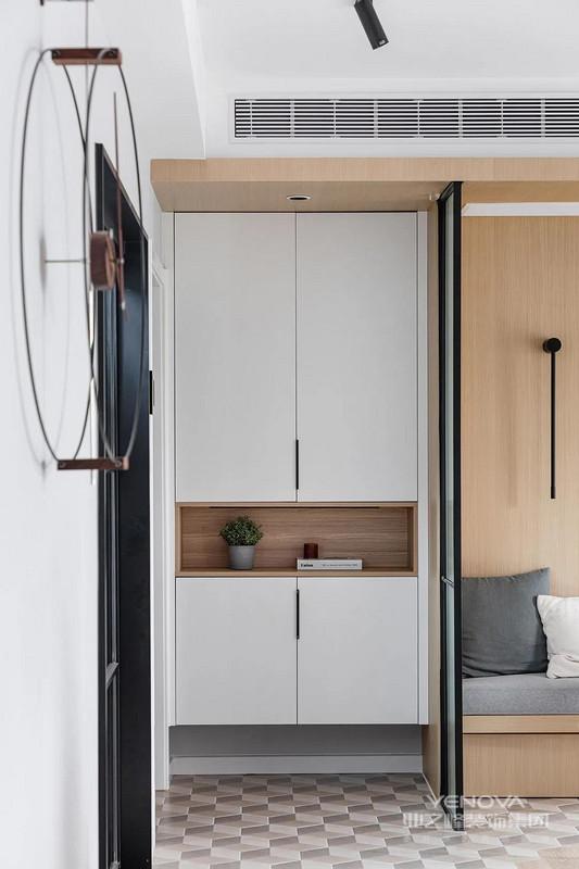 玄关简约实用,鞋柜采用经典样式设计,为居家生活提供便利性。白色和原木色的运用,简约自然,轻松随性。