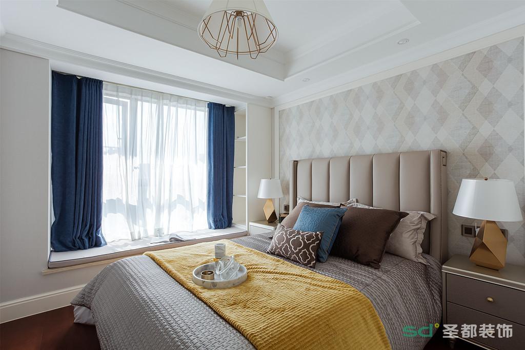 几何格子墙布代替了原本白色的墙面,素雅却不寡淡。浅咖色皮制床靠背,加上同色系床头柜,温柔有质感。