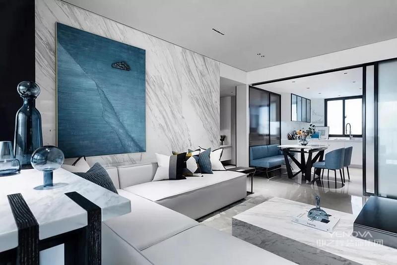 靠窗的阳台位置布置吧台,与客厅沙发相呼应,成为一个情趣优雅的休闲角落。沙发墙在雅白大理石的墙面基础,挂一幅蓝色调的大尺寸装饰画,也让空间显得安静而优雅。