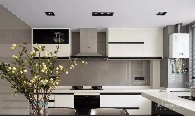 黑白色的整体定制橱柜也与黑白灰的整体基调相契合,既有生活气息,又不乏时尚感。