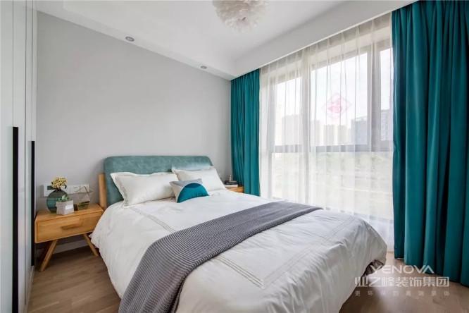 卧室整体色调比较温和,选用了比较有腔调的复古绿色点亮空间,床品也都选择质地柔软舒适的,优质的环境会给人不一样的睡眠体验。