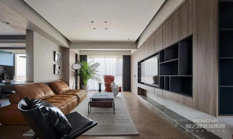 客厅,地面采用鱼骨拼木地板,简约的顶面无主灯设计,墙面采用灰色的艺术涂料,衬托出白色的吊顶