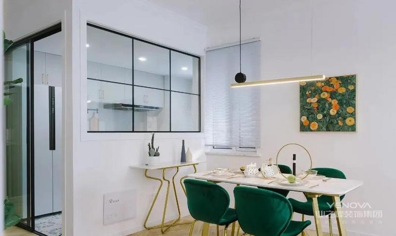 餐厅,家具与装饰的选择延续白色+墨绿,点缀金色元素,餐厨空间紧密相连,黑色线条打造方形窗户,使厨房有了更好采光。